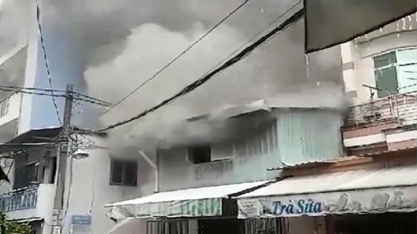 Căn nhà cháy ngùn ngụt ở Sài Gòn nghi bị sét đánh