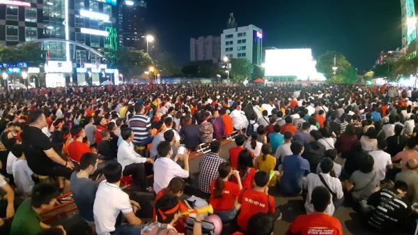 TP.HCM: Lắp 5 màn hình LED cỡ trên phố đi bộ Nguyễn Huệ phục vụ người dân xem trận đấu giữa tuyển Việt Nam với Thái Lan