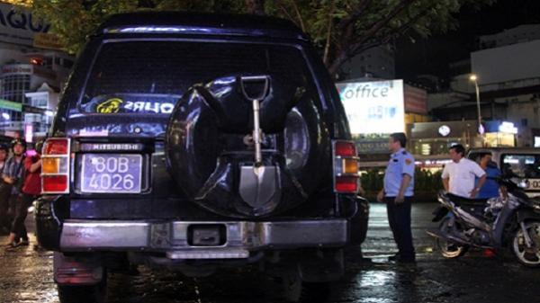Ôtô biển xanh 80B bị cẩu vì chiếm vỉa hè Sài Gòn