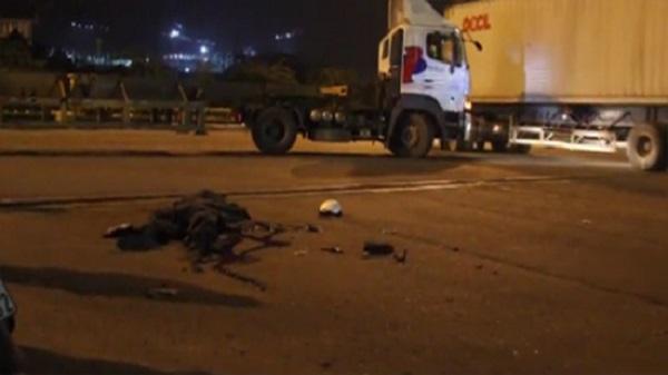 TP. HCM: Container cuốn xe máy vào gầm, 1 người tử vong