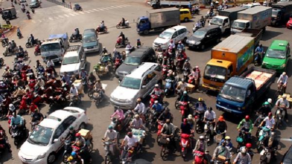 TP HCM cho xe máy chạy lên cầu vượt Hàng Xanh