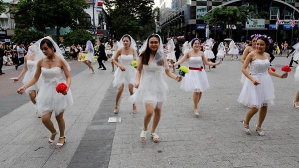 Hơn 60 cô dâu, chú rể nhảy flashmob trên phố đi bộ Nguyễn Huệ