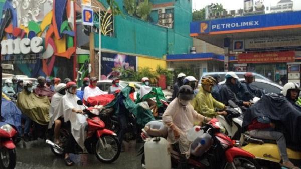 TPHCM: Mưa lớn sáng đầu tuần, giao thông ùn ứ