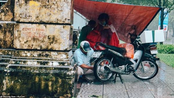 Người Sài Gòn vất vả bươn chải trong ngày mưa trắng xóa