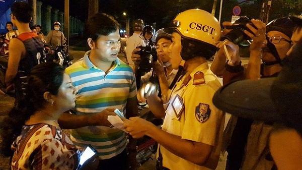 """Clip: CSGT nói tiếng Anh """"nhanh như gió"""", phiên dịch giúp ông Hải xin lỗi 2 du khách Ấn Độ bị giật túi xách ở Sài Gòn"""