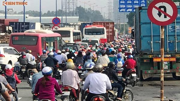 """Cửa ngõ Sài Gòn ùn tắc kinh hoàng, trạm thu phí quyết không """"xả"""""""