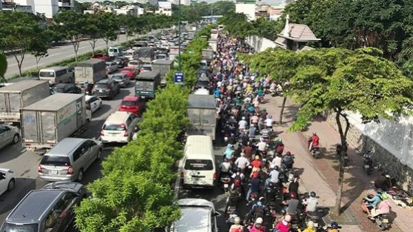 """Cửa ngõ Sài Gòn kẹt cứng, hàng loạt phương tiện """"chôn chân"""" từ sáng sớm tới trưa"""