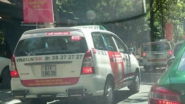 TP. HCM: Hãng Vinasun dán băng rôn trên taxi phản đối Grab và Uber
