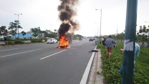 Xe máy bốc cháy dữ dội trên đại lộ Phạm Văn Đồng ở Sài Gòn, nhiều người hoảng hốt