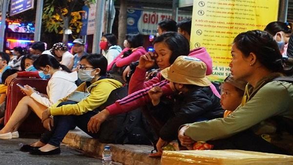 Hành khách mệt mỏi trở về TP. HCM sau kỳ nghỉ lễ