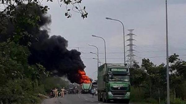 Xe container bốc cháy ngùn ngụt, tài xe lao khỏi cabin thoát thân