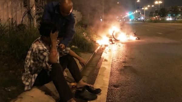 Nam thanh niên bỏng nặng bên chiếc xe máy bốc cháy ngùn ngụt