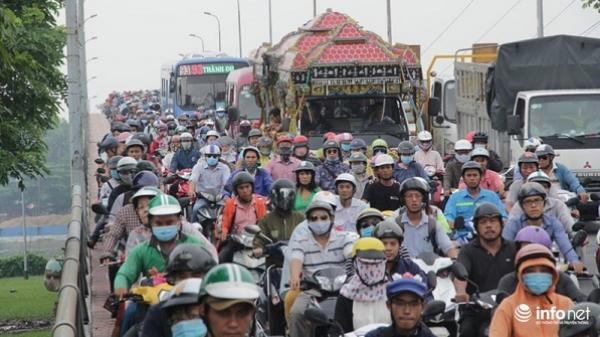TP HCM: Hàng ngàn phương tiện kẹt cứng, xếp hàng quanh bến xe Miền Đông
