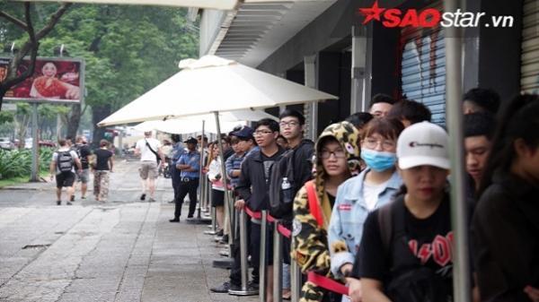 TP HCM: Hàng trăm bạn trẻ xếp hàng dài đợi mua giày Converse đại hạ giá