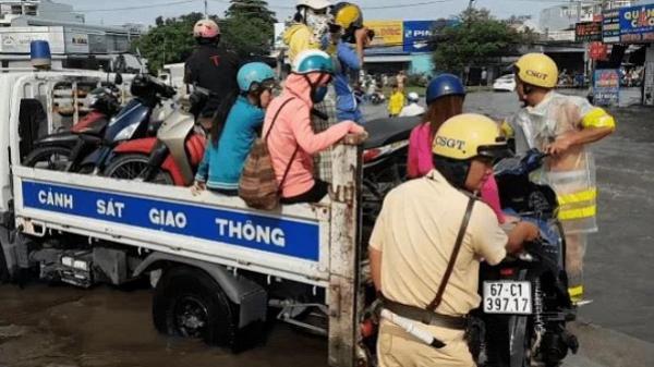 Sài Gòn: Vòng xoay An Lạc ngập nước và hành động không thể đẹp hơn của chiến sĩ CSGT