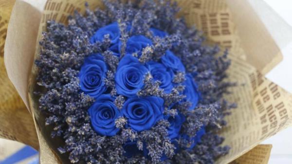 Thị trường quà tặng 20/10: Sốt xình xịch với hoa hồng xanh vĩnh cửu