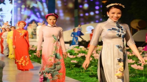 Trình diễn trang phục Sài Gòn xưa và nay tại phố đi bộ