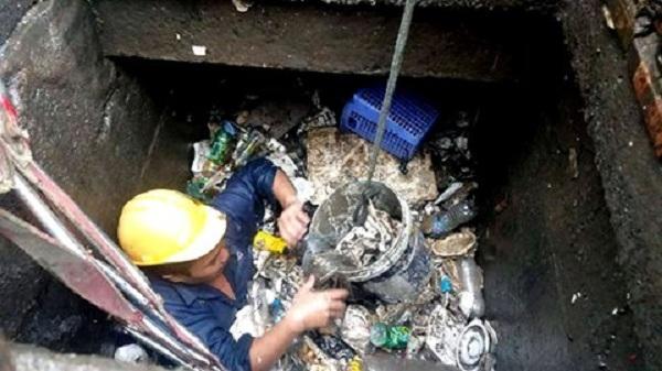 """Lý do """"siêu máy bơm"""" của TP.HCM bất lực: Hơn 24 khối rác bịt cống"""
