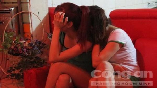 Hai nữ tiếp viên khỏa thân kích dục cho khách trong tiệm massage ở Sài Gòn