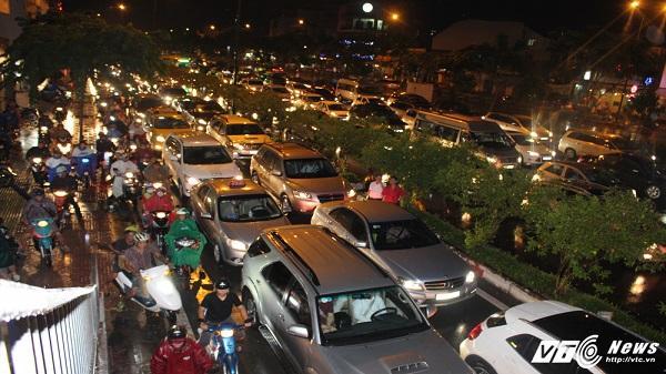Hàng nghìn phương tiện chôn chân trong mưa trên đại lộ Phạm Văn Đồng