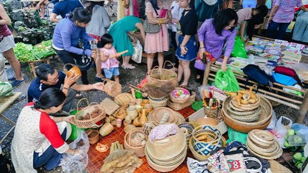 """""""Chợ quê"""" đặc biệt giữa lòng Sài Gòn: trao cây nhà lá vườn để đổi yêu thương cho người nghèo"""