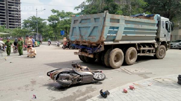 Người mẹ bị xe ben cán chết trên đường chở con đến trường