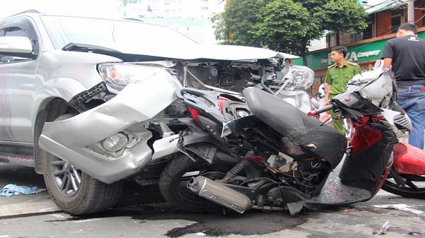 Xe cộ hỗn loạn qua đoạn đường có tai nạn liên hoàn ở Sài Gòn