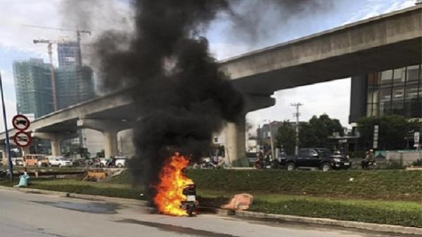 TP HCM: Xe tay ga bất ngờ bốc cháy ngùn ngụt trên đường