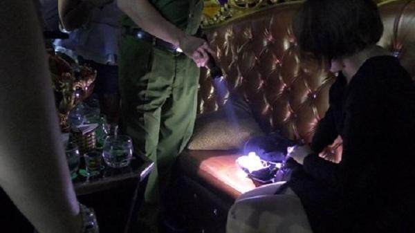 """Đột kích 3 quán bar trung tâm Sài Gòn, phát hiện hàng loạt """"dân chơi"""" thác loạn"""