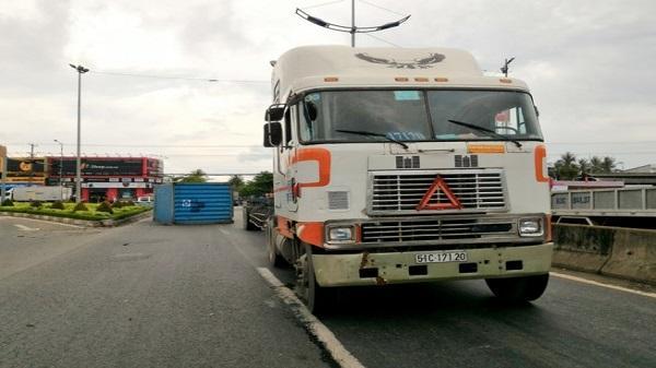 Thót tim container rơi xuống đường suýt đè chết 5 người