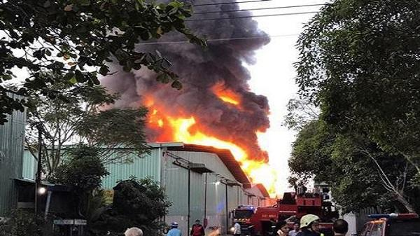 Nhà dân phát nổ như bom rồi cháy ngùn ngụt, tài sản văng tung tóe