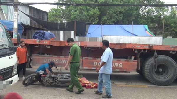 Người thân nhiều lần ngất xỉu cạnh thi thể nữ sinh 20 tuổi chết thảm dưới gầm xe đầu kéo ở Sài Gòn