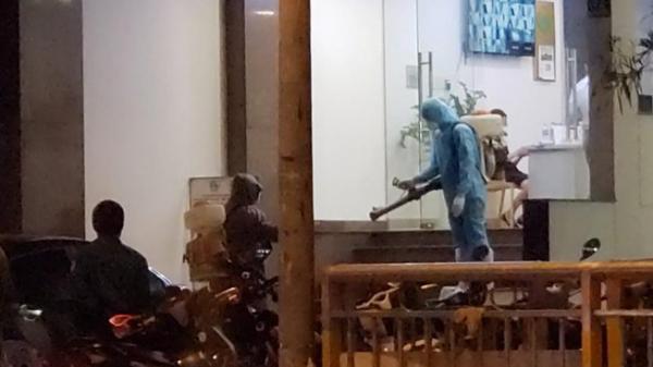 Phun thuốc khử trùng khách sạn đối diện bệnh viện Chợ Rẫy
