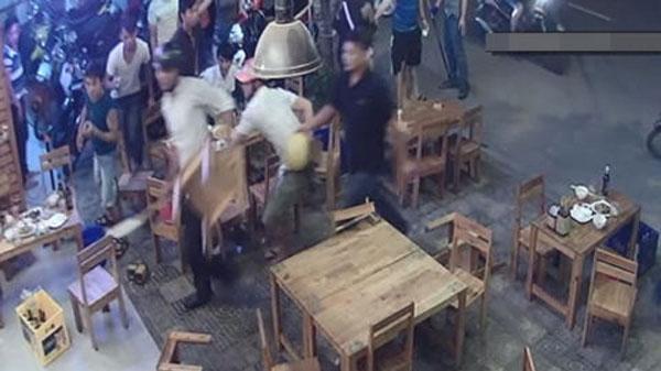 Côn đồ cầm dao, roi điện lao vào nhà hàng ở Sài Gòn chém gục 2 người