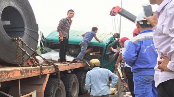 """TP HCM: Nam tài xế xe đầu kéo kêu cứu dưới dốc cầu """"tử thần"""""""