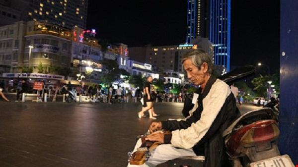 Tiếng Guitar Hawaiian của 'nhạc công Già' giữa Sài Gòn