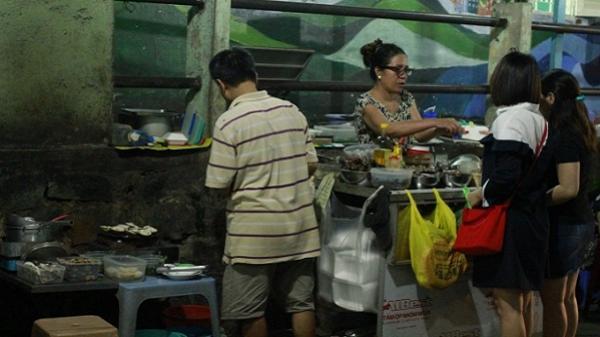 Xe ốc đồng giá giữa trung tâm Sài Gòn ngày nào cũng hết hàng sớm