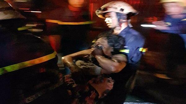 Cảnh sát phá cửa cứu 3 người kẹt trong đám cháy ở Sài Gòn