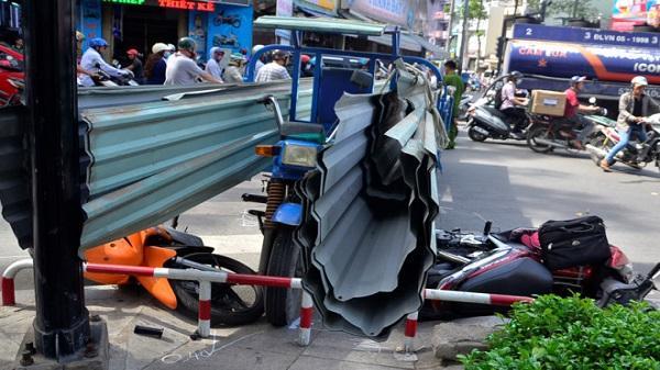 Xe ba gác chở tôn cứa 2 người giữa vòng xoay ở Sài Gòn