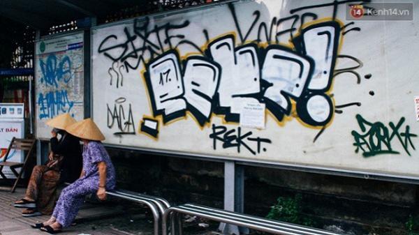 """Khi """"graffiti nửa mùa"""" xuất hiện tràn lan ở Sài Gòn: Đến cả những tấm pano rất đẹp cũng đã bị bôi bẩn"""