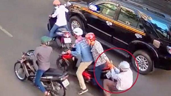 Con bệnh sốt xuất huyết không có tiền điều trị, đôi vợ chồng trẻ chở nhau đi cướp trên đường phố Sài Gòn