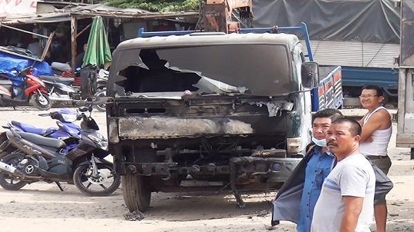 Xe tải cháy ngùn ngụt rồi lan sang nhà dân ở Sài Gòn