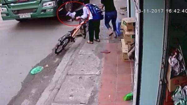 """Clip thót tim: Đạp xe lên vỉa hè để tránh container đi ngược chiều, bé trai suýt bị cuốn vào gầm """"hung thần xa lộ"""""""