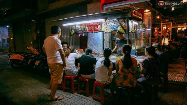 Có gì đặc biệt ở xe chè Tàu trên vỉa hè Sài Gòn, suốt 60 năm vẫn nườm nượp khách?