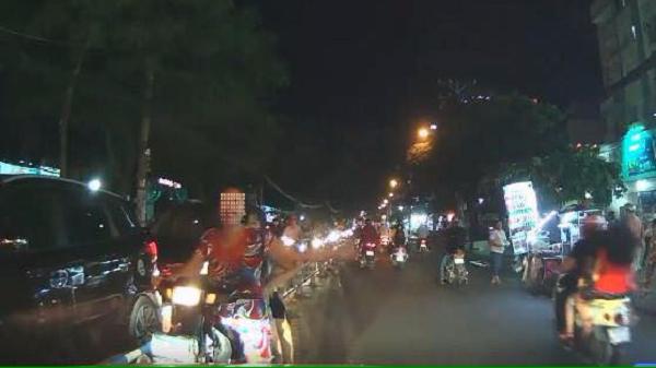 Clip: Người phụ nữ chở trẻ em đi ngược chiều không đội mũ bảo hiểm, còn bắt ô tô nhường đường