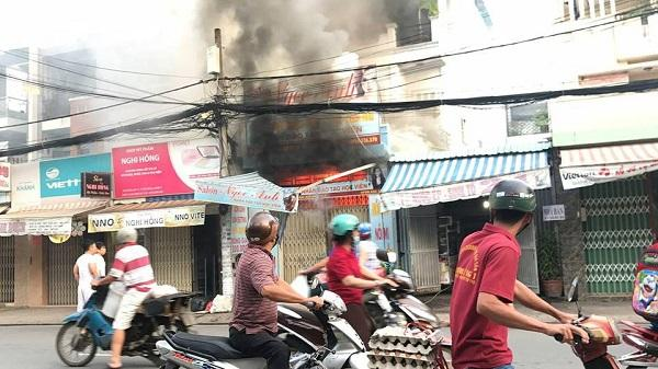 Dùng xe tải tông sập cửa nhà đang cháy để cứu người ở Sài Gòn