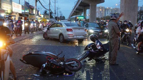 Ô tô tông hàng loạt xe máy gần giao lộ, nhiều người nằm la liệt