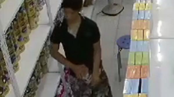 Clip: Hai người đàn ông ăn trộm sữa bột tại một cửa hàng ở Sài Gòn theo cách không ai ngờ