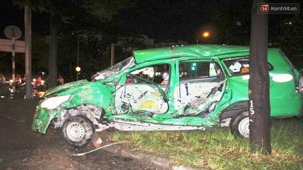 Tài xế mắc kẹt trong chiếc taxi biến dạng sau khi bị xe container đâm trực diện ở Sài Gòn