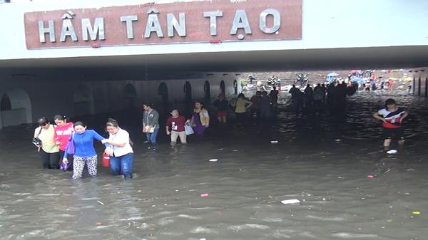Hầm chui Tân Tạo ngập sau cơn mưa
